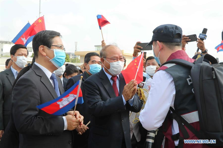 Chinese Medical Experts Arrive in Cambodia to Help fight COV